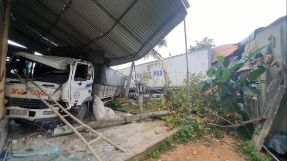 Xe container và xe tải lao vào nhà dân, nhiều người may mắn thoát nạn ảnh 4