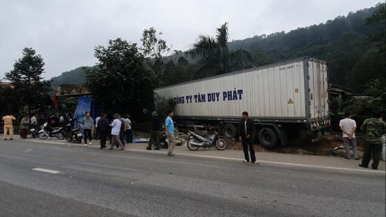 Xe container và xe tải lao vào nhà dân, nhiều người may mắn thoát nạn ảnh 6