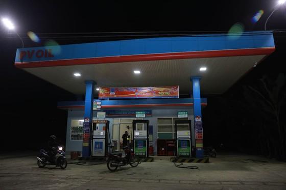 Manh động dùng dao khống chế nhân viên cửa hàng xăng dầu để cướp tiền ảnh 5