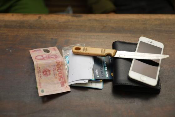 Khởi tố đối tượng dùng dao khống chế nhân viên cửa hàng xăng dầu để cướp tiền ảnh 1
