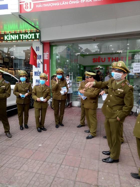 Nhiều cơ sở kinh doanh, quầy thuốc ở Hà Tĩnh phát miễn phí khẩu trang cho người dân ảnh 2