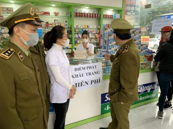 Nhiều cơ sở kinh doanh, quầy thuốc ở Hà Tĩnh phát miễn phí khẩu trang cho người dân ảnh 3