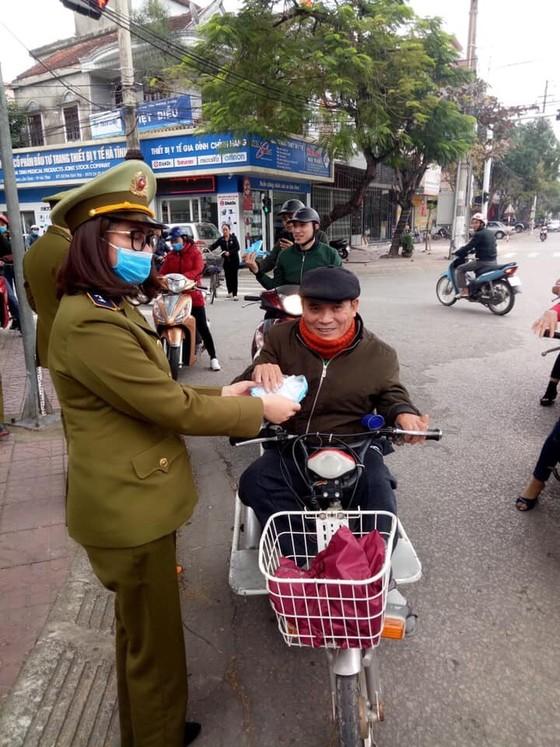 Nhiều cơ sở kinh doanh, quầy thuốc ở Hà Tĩnh phát miễn phí khẩu trang cho người dân ảnh 1