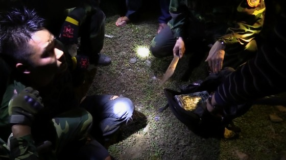 Bắt giữ đối tượng cắt rừng vận chuyển 36.000 viên hồng phiến và 4kg ma túy đá vào Việt Nam ảnh 5