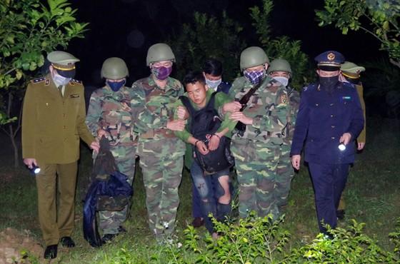 Bắt giữ đối tượng cắt rừng vận chuyển 36.000 viên hồng phiến và 4kg ma túy đá vào Việt Nam ảnh 1