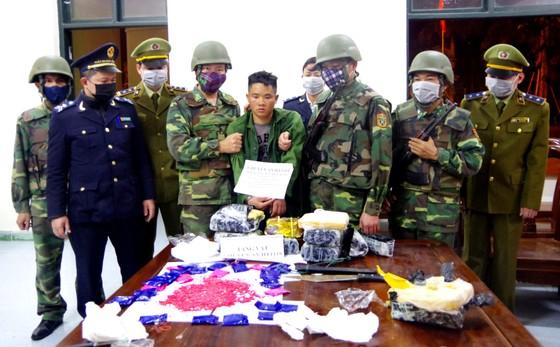 Bắt giữ đối tượng cắt rừng vận chuyển 36.000 viên hồng phiến và 4kg ma túy đá vào Việt Nam ảnh 2