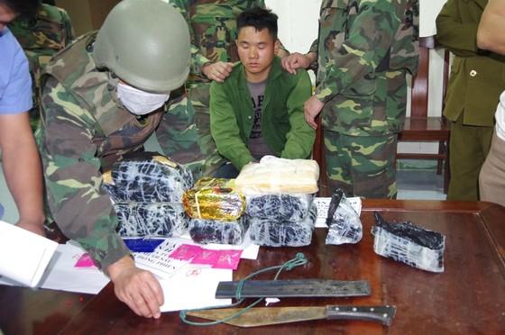 Bắt giữ đối tượng cắt rừng vận chuyển 36.000 viên hồng phiến và 4kg ma túy đá vào Việt Nam ảnh 4