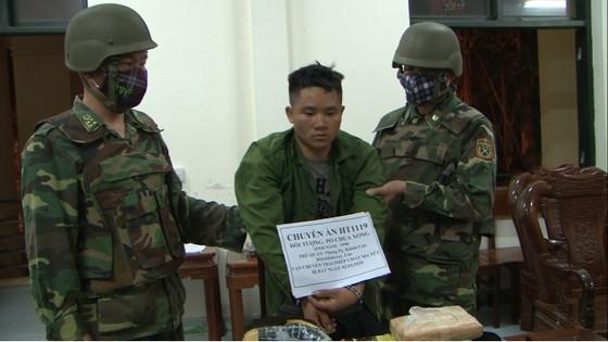 Bắt giữ đối tượng cắt rừng vận chuyển 36.000 viên hồng phiến và 4kg ma túy đá vào Việt Nam ảnh 3