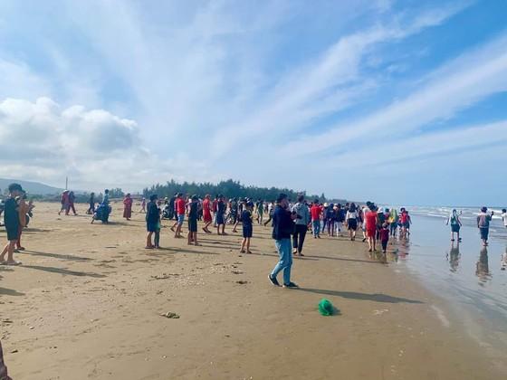 Phát hiện xác cá voi lớn trôi dạt vào bờ biển Hà Tĩnh ảnh 8