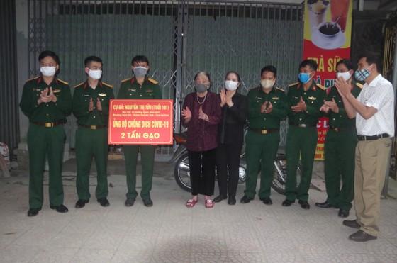 Nhiều hộ dân ở TP Hà Tĩnh ủng hộ hàng tấn gạo phòng chống dịch Covid-19 ảnh 4