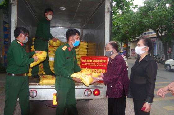 Nhiều hộ dân ở TP Hà Tĩnh ủng hộ hàng tấn gạo phòng chống dịch Covid-19 ảnh 3