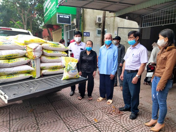 Nhiều hộ dân ở TP Hà Tĩnh ủng hộ hàng tấn gạo phòng chống dịch Covid-19 ảnh 1