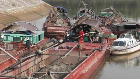 Phát hiện 6 sà lan khai thác cát trái phép trên sông Lam ảnh 3