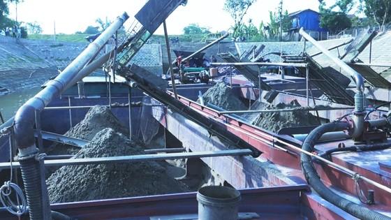Phát hiện 6 sà lan khai thác cát trái phép trên sông Lam ảnh 2