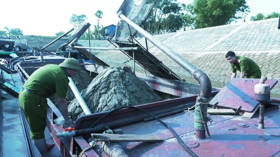 Phát hiện 6 sà lan khai thác cát trái phép trên sông Lam ảnh 5