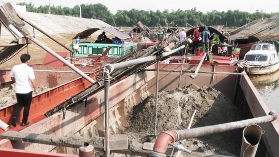 Phát hiện 6 sà lan khai thác cát trái phép trên sông Lam ảnh 4