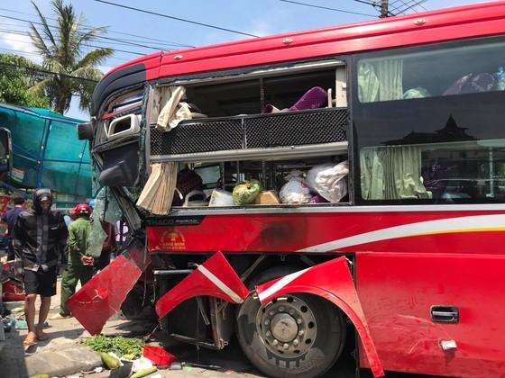 Tai nạn giữa xe khách và xe container, 2 người thương vong ảnh 1