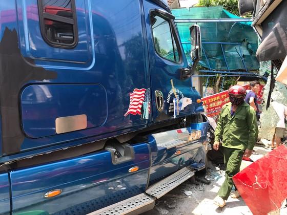 Tai nạn giữa xe khách và xe container, 2 người thương vong ảnh 2