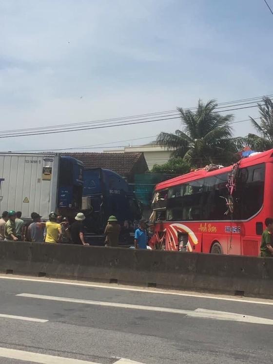 Tai nạn giữa xe khách và xe container, 2 người thương vong ảnh 10