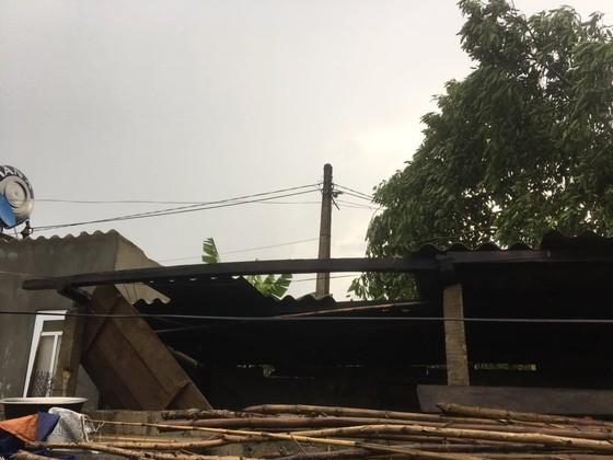 Lốc xoáy khiến nhiều nhà dân ở Hà Tĩnh bị thiệt hại  ảnh 1