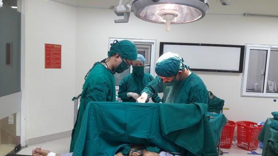 Cứu sống bệnh nhân bị dị vật dài gần 20cm đâm xuyên ngực trái ảnh 2