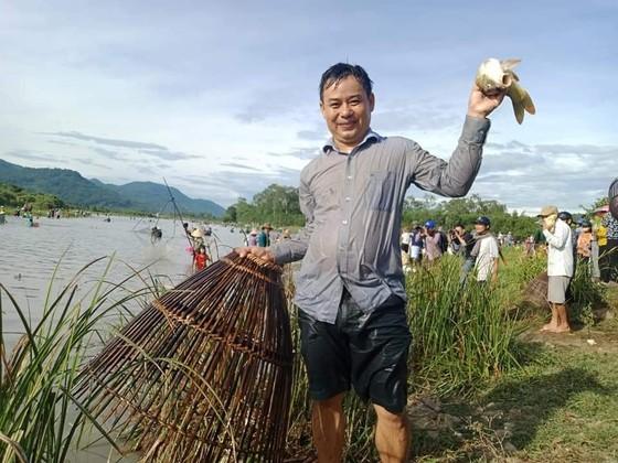 Hàng ngàn người dân nô nức tham gia lễ hội đánh cá 'độc nhất' ở Hà Tĩnh ảnh 16