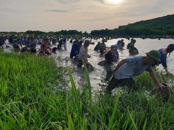 Hàng ngàn người dân nô nức tham gia lễ hội đánh cá 'độc nhất' ở Hà Tĩnh ảnh 21