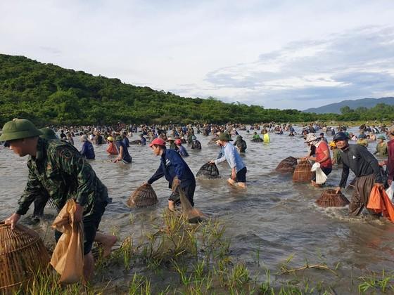 Hàng ngàn người dân nô nức tham gia lễ hội đánh cá 'độc nhất' ở Hà Tĩnh ảnh 3