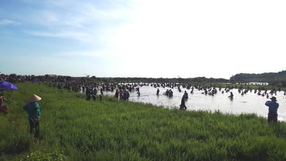 Hàng ngàn người dân nô nức tham gia lễ hội đánh cá 'độc nhất' ở Hà Tĩnh ảnh 13