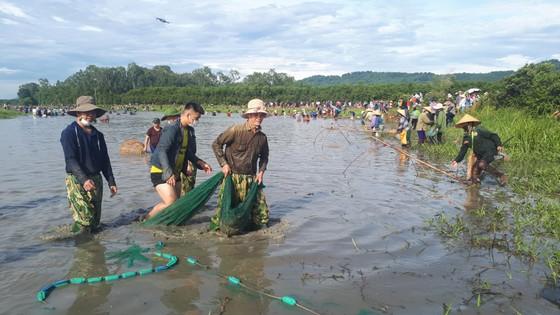 Hàng ngàn người dân nô nức tham gia lễ hội đánh cá 'độc nhất' ở Hà Tĩnh ảnh 12
