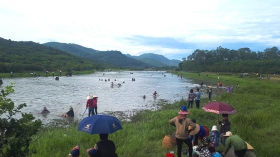 Hàng ngàn người dân nô nức tham gia lễ hội đánh cá 'độc nhất' ở Hà Tĩnh ảnh 8