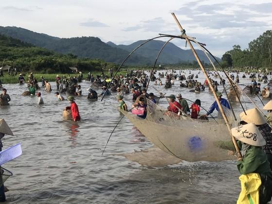 Hàng ngàn người dân nô nức tham gia lễ hội đánh cá 'độc nhất' ở Hà Tĩnh ảnh 1
