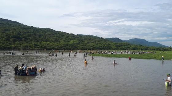 Hàng ngàn người dân nô nức tham gia lễ hội đánh cá 'độc nhất' ở Hà Tĩnh ảnh 11