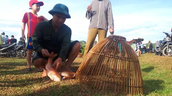 Hàng ngàn người dân nô nức tham gia lễ hội đánh cá 'độc nhất' ở Hà Tĩnh ảnh 18
