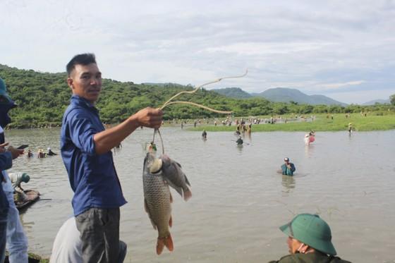 Hàng ngàn người dân nô nức tham gia lễ hội đánh cá 'độc nhất' ở Hà Tĩnh ảnh 15