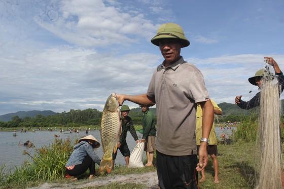 Hàng ngàn người dân nô nức tham gia lễ hội đánh cá 'độc nhất' ở Hà Tĩnh ảnh 14