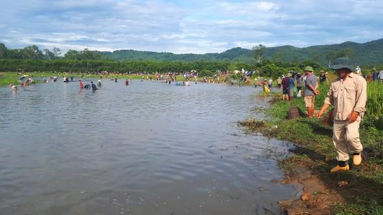 Hàng ngàn người dân nô nức tham gia lễ hội đánh cá 'độc nhất' ở Hà Tĩnh ảnh 10