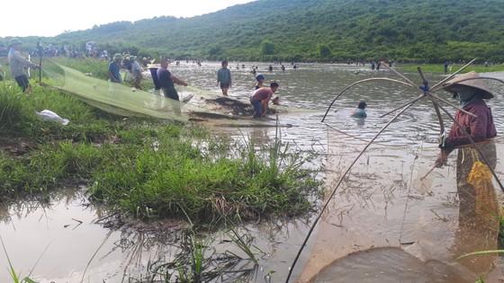 Hàng ngàn người dân nô nức tham gia lễ hội đánh cá 'độc nhất' ở Hà Tĩnh ảnh 9