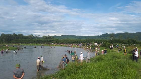Hàng ngàn người dân nô nức tham gia lễ hội đánh cá 'độc nhất' ở Hà Tĩnh ảnh 6