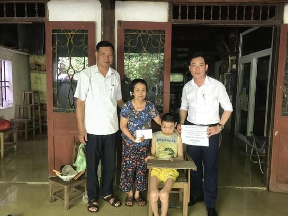 Trao 22,5 triệu đồng cho gia đình khó khăn ở Hà Tĩnh ảnh 1