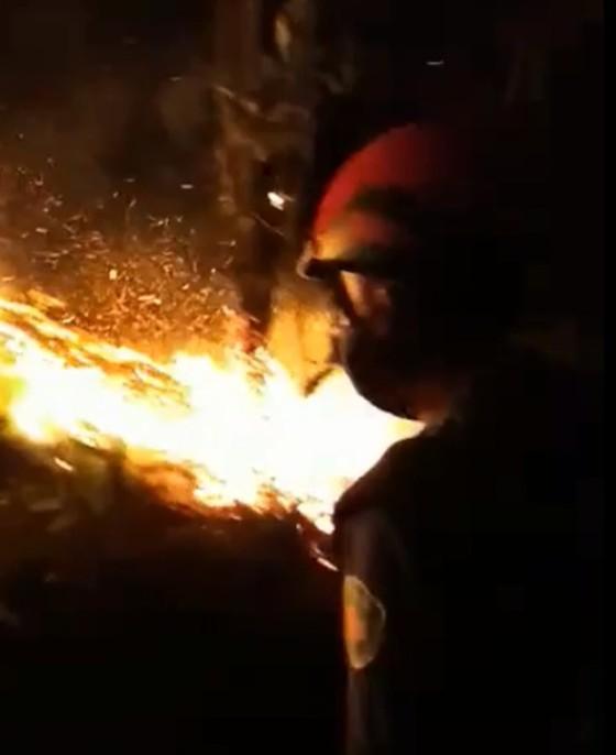 Dập tắt một vụ cháy rừng trong đêm ở Hà Tĩnh ảnh 2