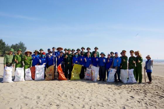 Hơn 1.000 đoàn viên thanh niên ra quân làm sạch môi trường bãi biển ở Hà Tĩnh ảnh 5