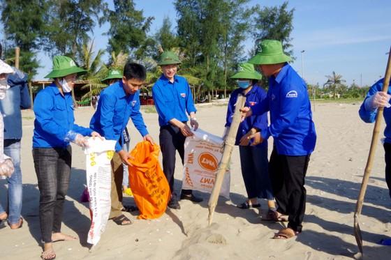 Hơn 1.000 đoàn viên thanh niên ra quân làm sạch môi trường bãi biển ở Hà Tĩnh ảnh 4