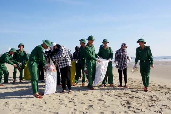 Hơn 1.000 đoàn viên thanh niên ra quân làm sạch môi trường bãi biển ở Hà Tĩnh ảnh 3