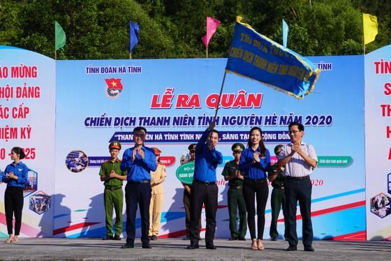 Hơn 1.000 đoàn viên thanh niên ra quân làm sạch môi trường bãi biển ở Hà Tĩnh ảnh 10