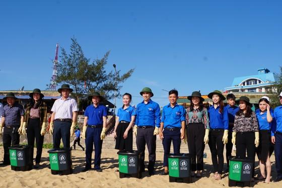Hơn 1.000 đoàn viên thanh niên ra quân làm sạch môi trường bãi biển ở Hà Tĩnh ảnh 9