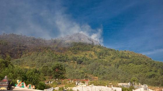 Vừa được khống chế, lửa bùng phát trở lại trên dãy núi ở Hà Tĩnh ảnh 4