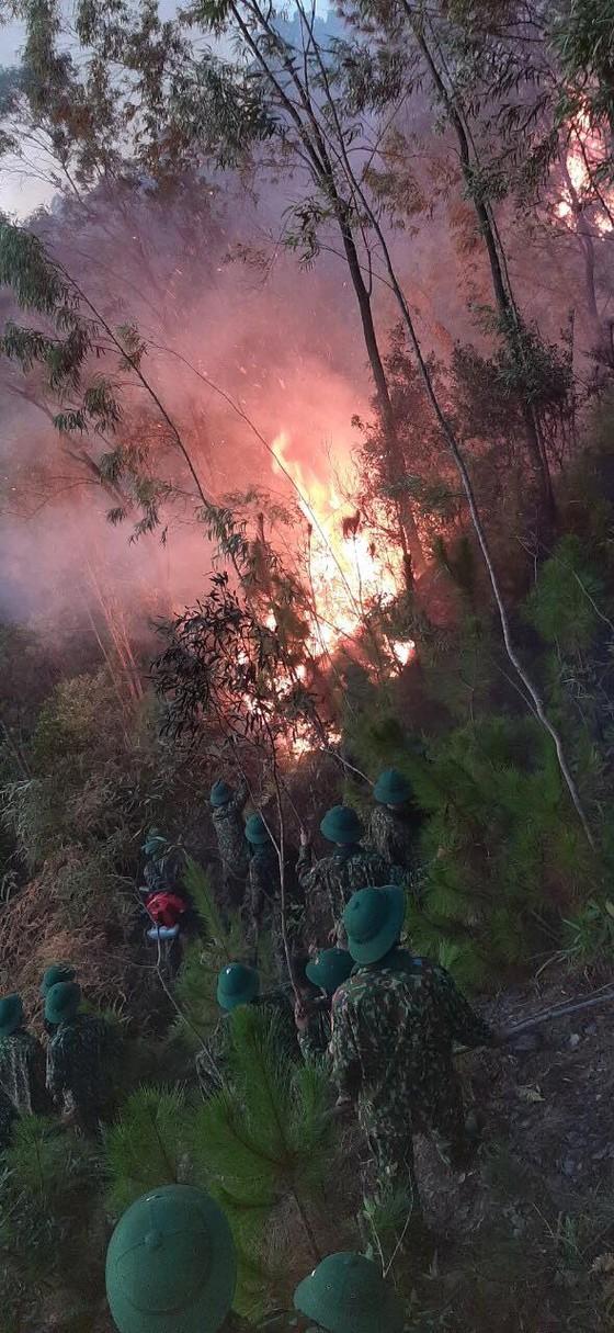 Vừa được khống chế, lửa bùng phát trở lại trên dãy núi ở Hà Tĩnh ảnh 10