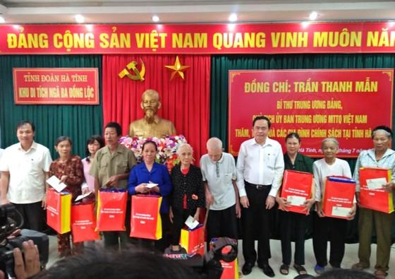 Chủ tịch Ủy ban Trung ương MTTQ Việt Nam tặng quà gia đình chính sách ở Hà Tĩnh ảnh 2