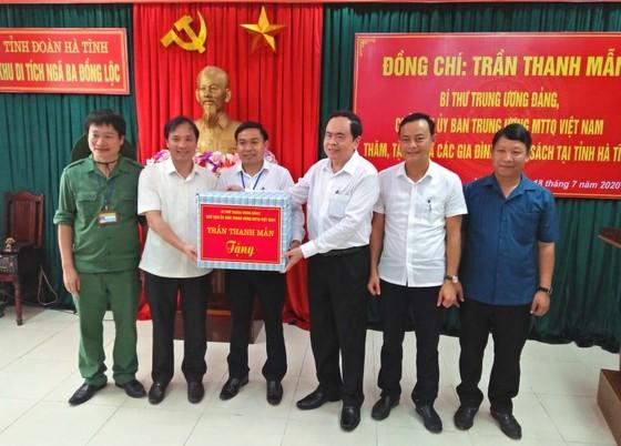 Chủ tịch Ủy ban Trung ương MTTQ Việt Nam tặng quà gia đình chính sách ở Hà Tĩnh ảnh 3